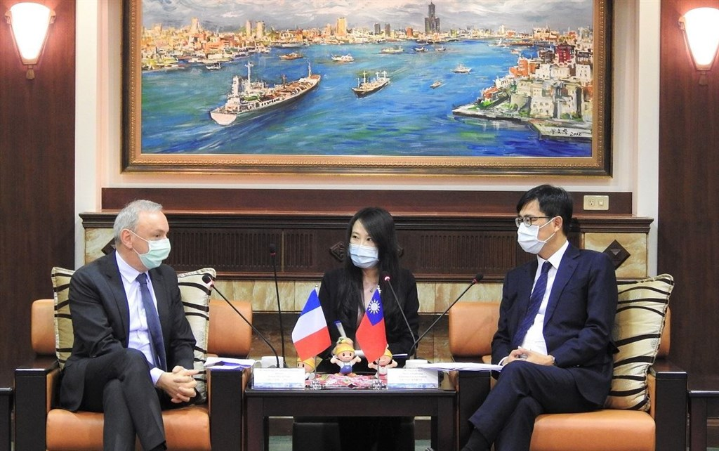Jean-Francois Casabonne-Masonnave (left), director of the French Office in Taipei, meets Kaohsiung Mayor Chen Chi-mai (right). Photo courtesy of Kaohsiung City government