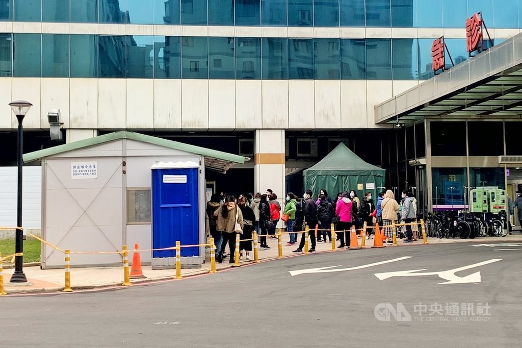 People line up outside of Taoyuan General Hospital to be tested for COVID-19. CNA photo Jan. 24, 2021