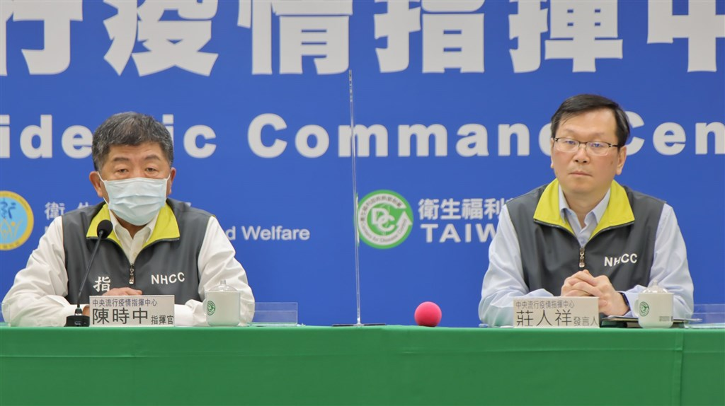 Chen Shih-chung (left) and Chuang Jen-hsiang at an emergency press briefing Monday morning. Photo courtesy of the CECC