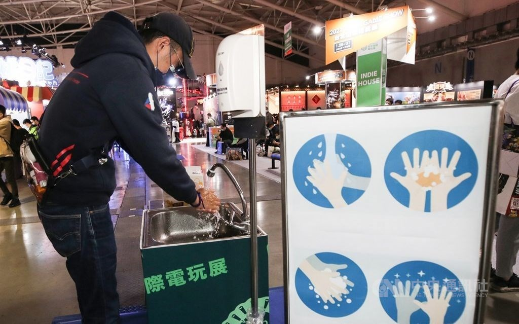 A visitor to the Taipei Game Show in late January uses a hand washing facility set up by the organizer. CNA file photo