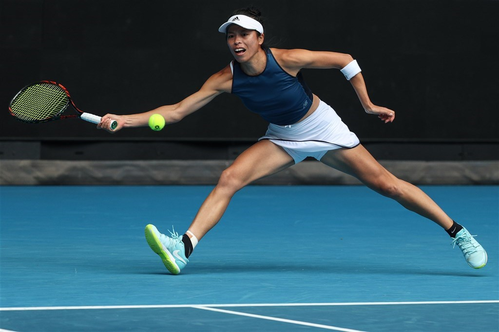 Hsieh Su-wei (謝淑薇) returns a forehand in a match played on Sunday / Image taken from them Australian Open