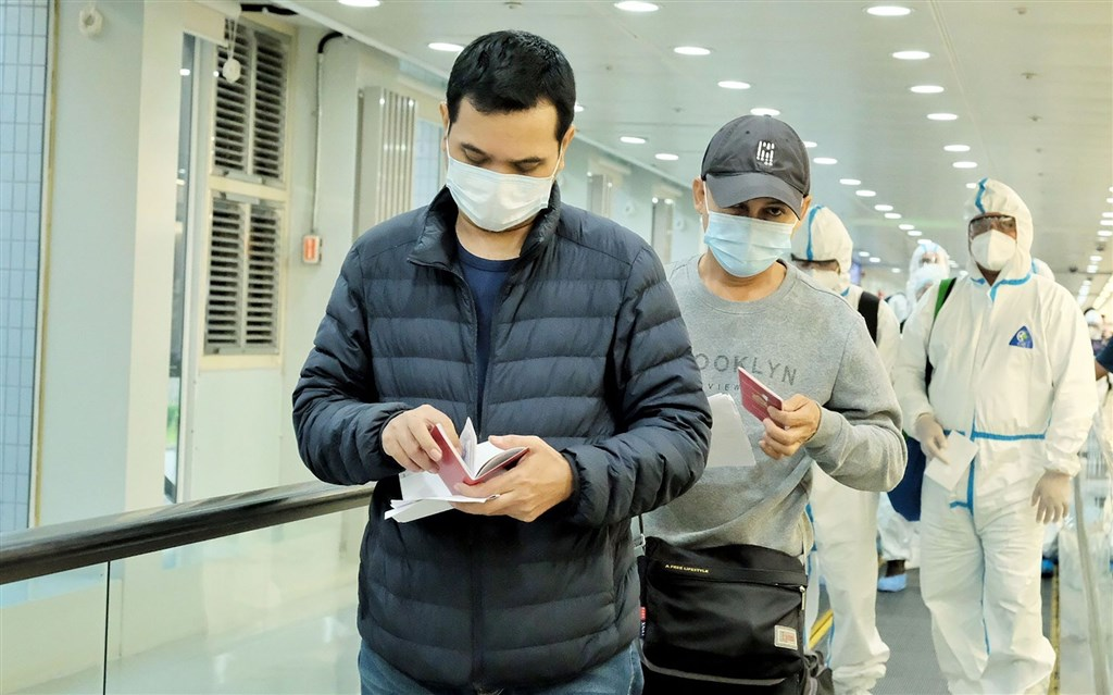 Passengers on the China Airlines flight from Yangon. CNA photo, Feb. 21, 2021