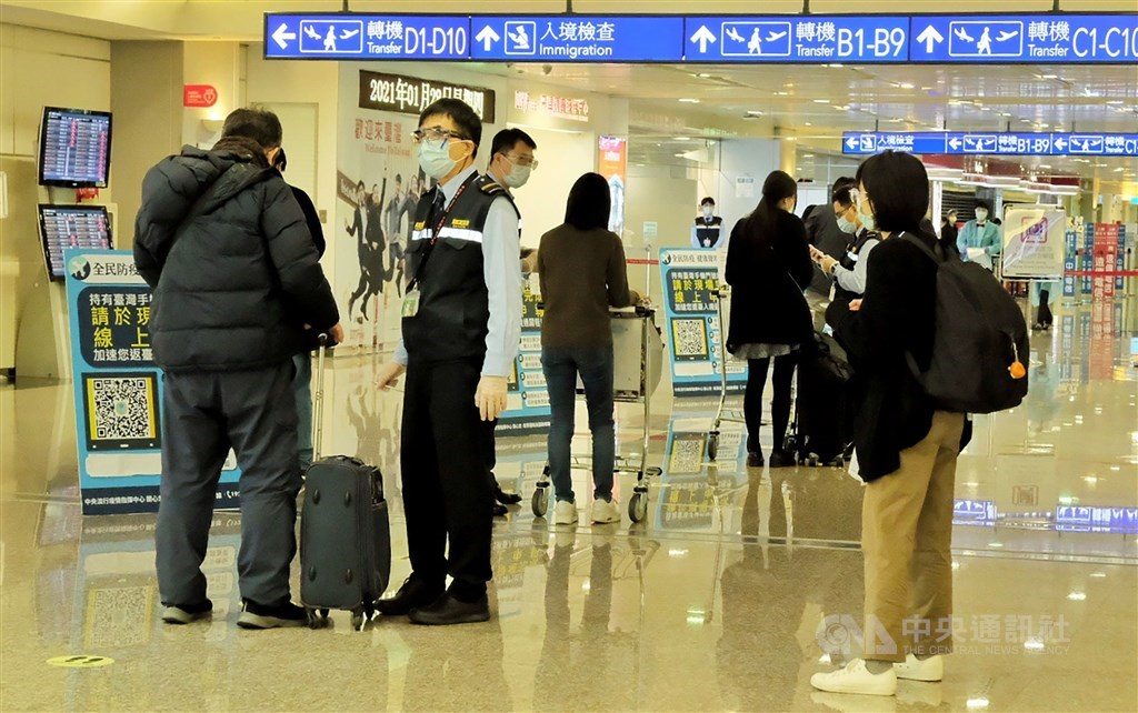 Workers help arriving passengers with health declaration at Taiwan Taoyuan International Airport at the end of January. CNA file photo