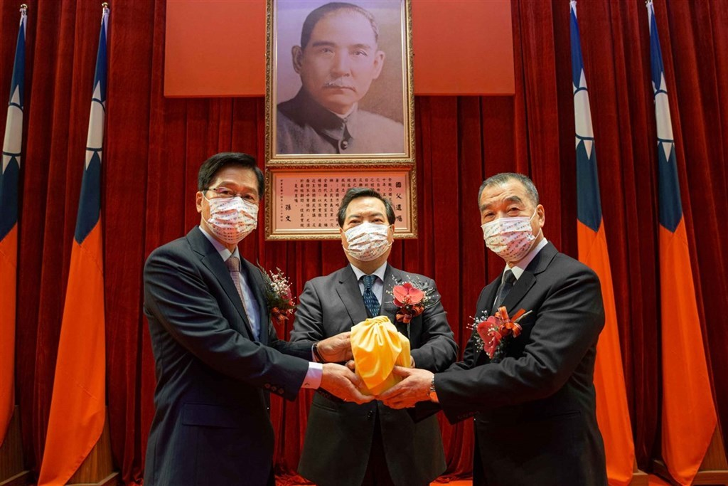 From left: Yen De-fa, Minister without Portfolio Lo Ping-cheng, newly appointed Minister of National Defense Chiu Kuo-cheng. Photo courtesy of Military News Agency