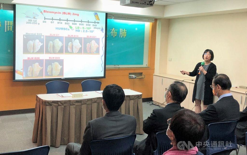Professor Fu Yu-show (standing). CNA photo Feb. 26, 2021