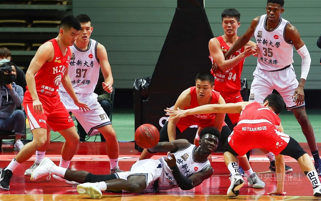 Mohammad Al Bachir Gadiaga on the Shih Hsin University team (on the floor) plays during the game against National Taiwan Normal University. CNA photo Feb. 27, 2021