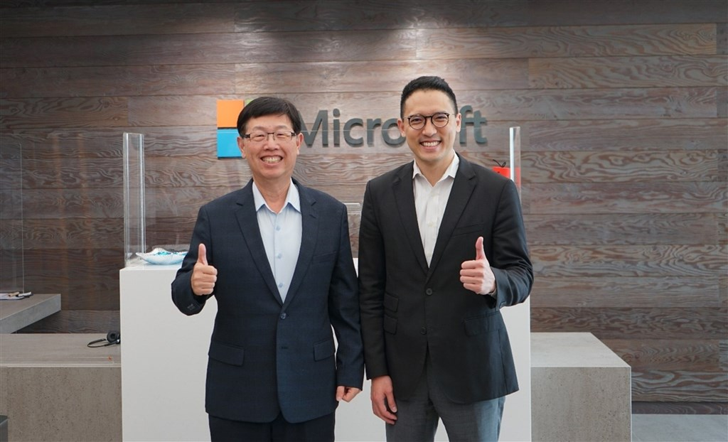 Hon Hai Chairman Liu Young-way (left) and Ken Sun, general manager of Microsoft Taiwan. Photo courtesy of Microsoft