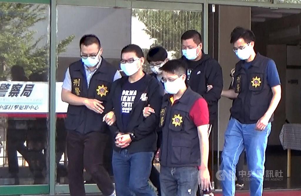Law enforcement arresting Chuang Chou-wen in November, 2020. CNA file photo