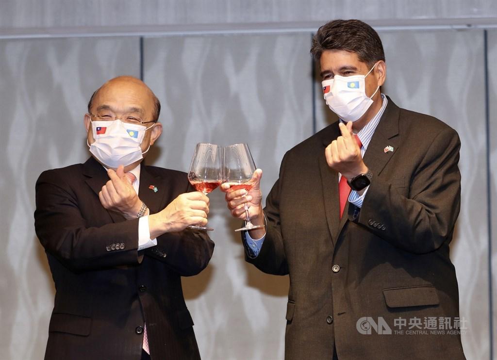 Palau President Surangel Whipps Jr. (right) and Premier Su Tseng-chang (left) make a toast. CNA photo March 29, 2021