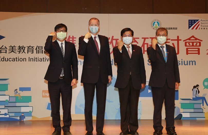 From left to right: Kaohsiung Mayor Chen Chi-mai, AIT Director Brent Christensen, Education Minister Pan Wen-chung and NSYSU President Cheng Ying-yao. Photo courtesy of NSYSU