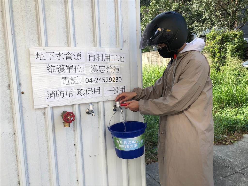 A Taichung resident collect water at a construction site in the central city. Photo courtesy of Taichung City government