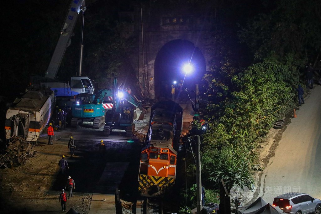 Workers continue efforts to move the remaining carriage out of the Qingshui Tunnel Tuesday evening. CNA photo April 6, 2021