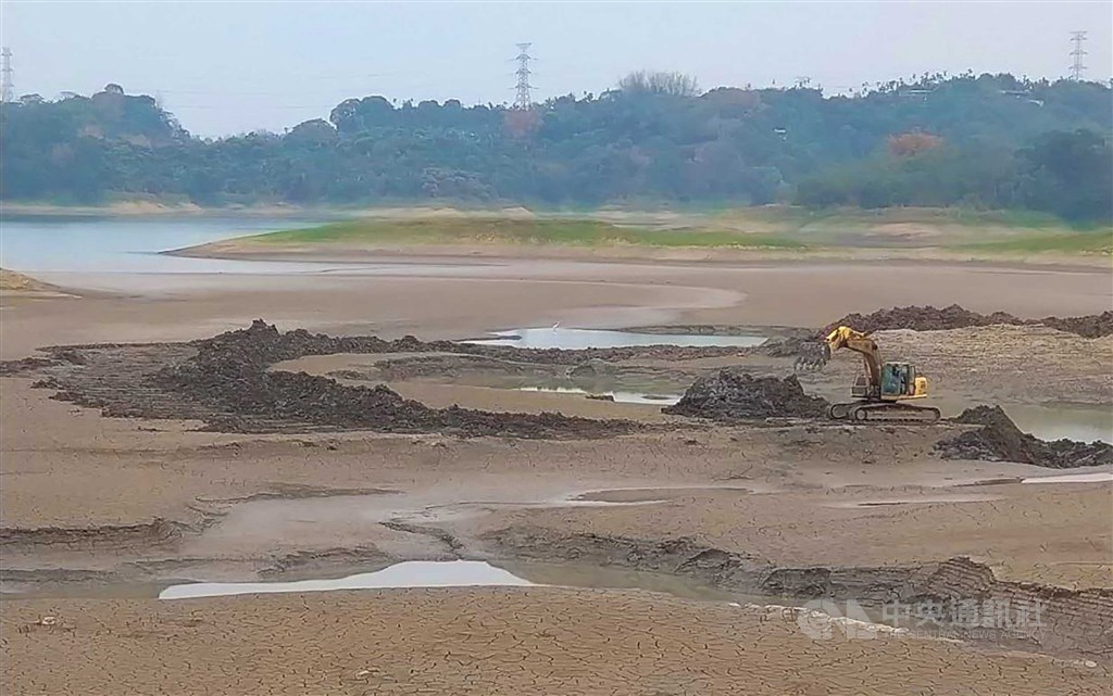 An excavator digs up sediment at Jenyitan Reservoir, where water level is at 26.1 percent capacity Wednesday. CNA photo April 7, 2021