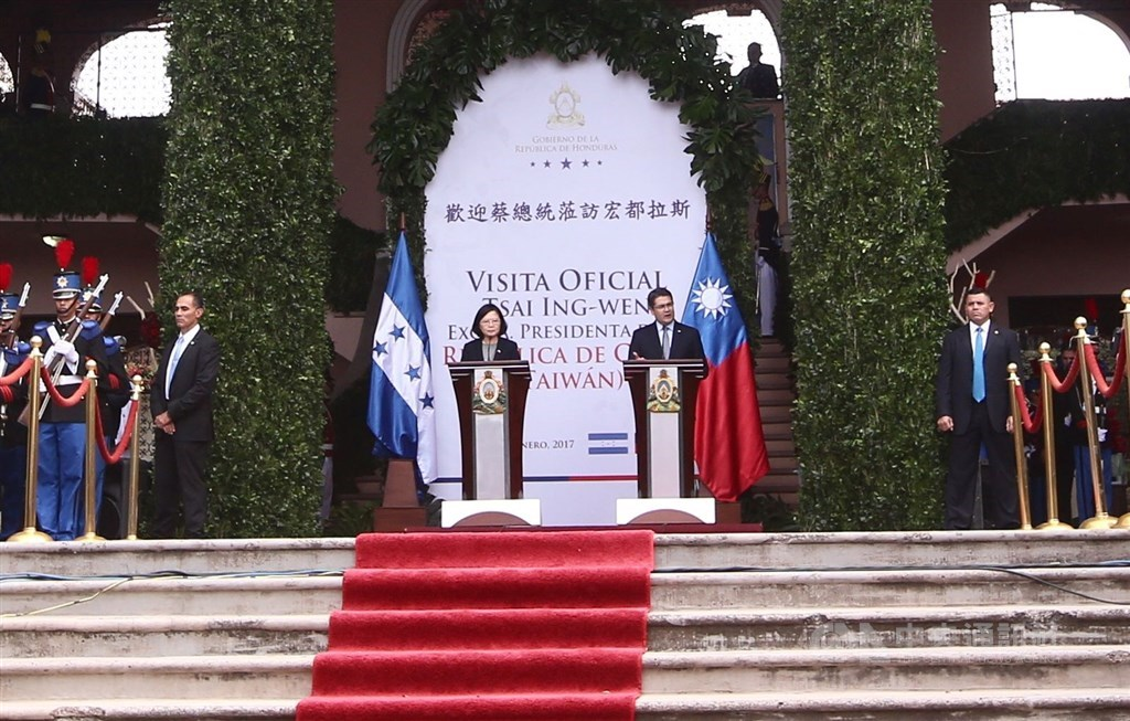 President Tsai Ing-wen (center left) and Honduras President Juan Orlando Hernández (center right) attend a press conference during her 2017 trip to the Central American country. CNA file photo