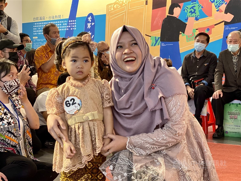A woman poses for photos next to a young girl during an event to honor Indonesian national heroine Raden Ajeng Kartini on Sunday in Taipei. CNA photo April 11, 2021