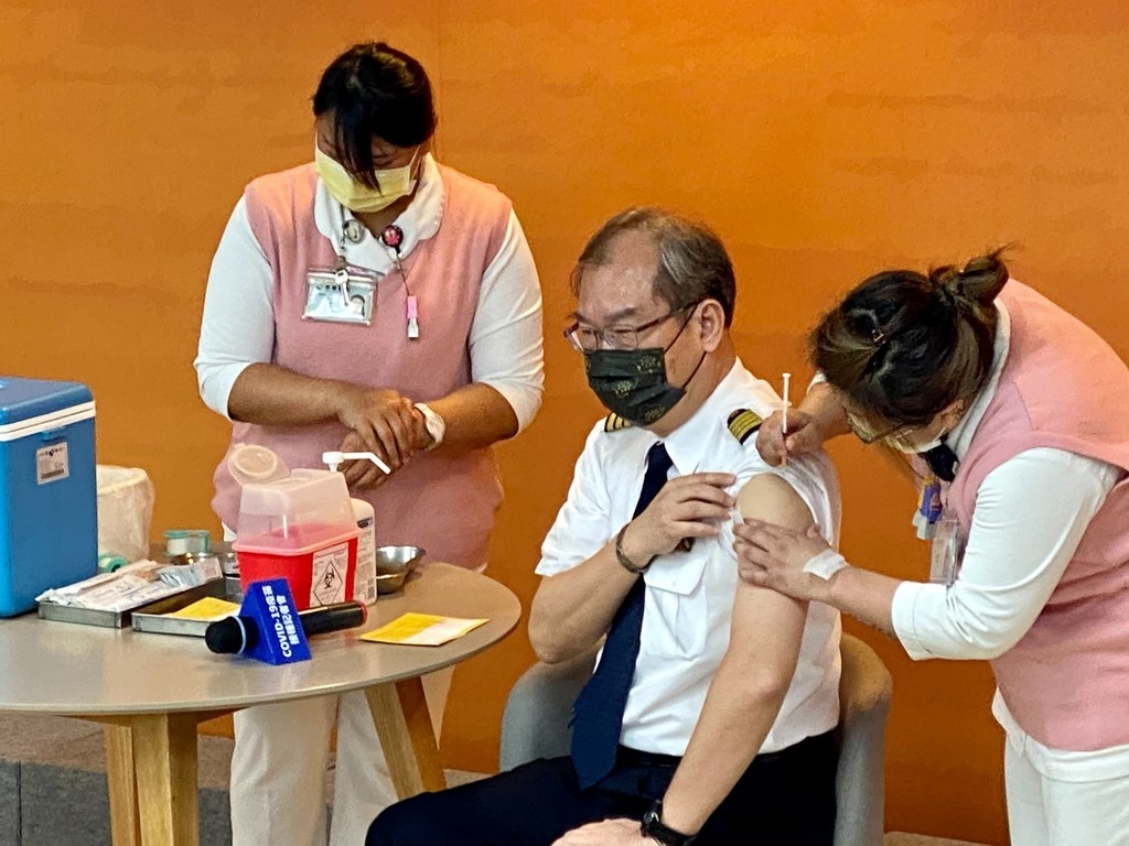 China Airlines President Kao Shing-hwang (center), a trained pilot, receives a COVID-19 vaccine shot. Photo courtesy of China Airlines April 12, 2021