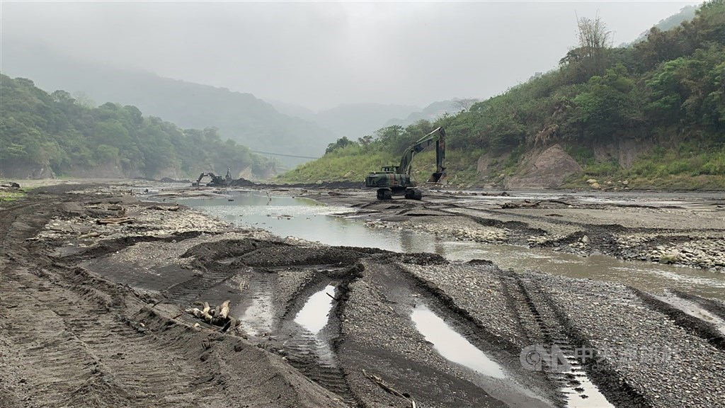 Dredging at Shihmen Reservoir in early April. The water level at the reservoir was only at 27.6 percent capacity on Friday. CNA file photo