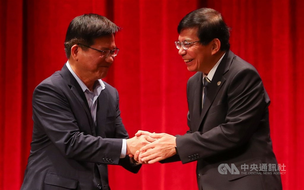 Wang Kwo-tsai (right), who on Tuesday takes over the Ministry of Transportation and Communications, and his predecessor Lin Chia-lung. CNA photo April 20, 2021