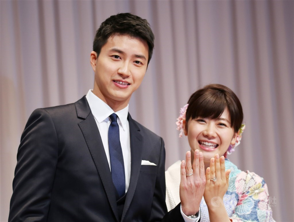 Chiang Hung-chieh (left) and Ai Fukuhara show their wedding rings wedding to the pres in September 2016. CNA file photo