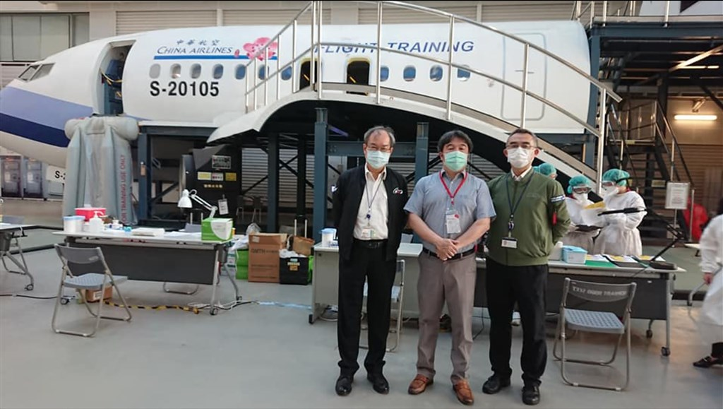 Ministry of Health and Welfare official Wang Pi-sheng (center) is pictured at the testing facility set up at China Airlines