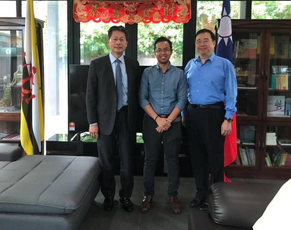 Rajazre Etim (center) and TECO Brunei head Andrew Lee (left). Photo courtesy of TECO Brunei