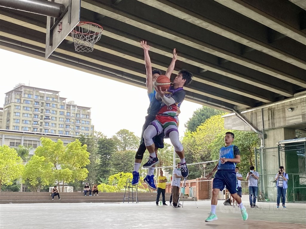 The Bisdak Fighters get acrobatic with some major hang-time moves against the Wuku Hollywood Sports Bar at the championship game of the CIASI Taipei Winter Basketball League on Sunday. CNA photo May 3, 2021