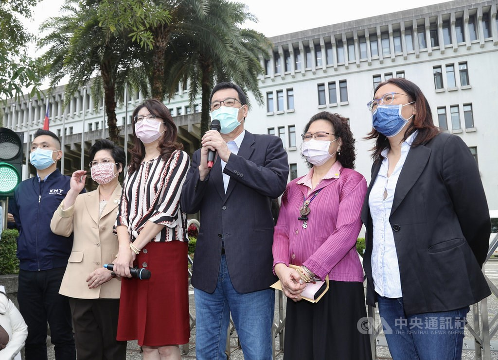 KMT lawmakers speak to reporters outside the Ministry of Foreign Affairs. CNA photo May 4, 2021