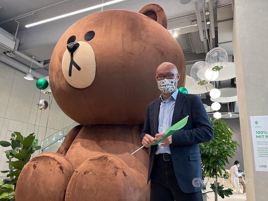 """LINE Taiwan Managing Director Roger Chen and """"Mega Brown."""" CNA photo May 5, 2021"""