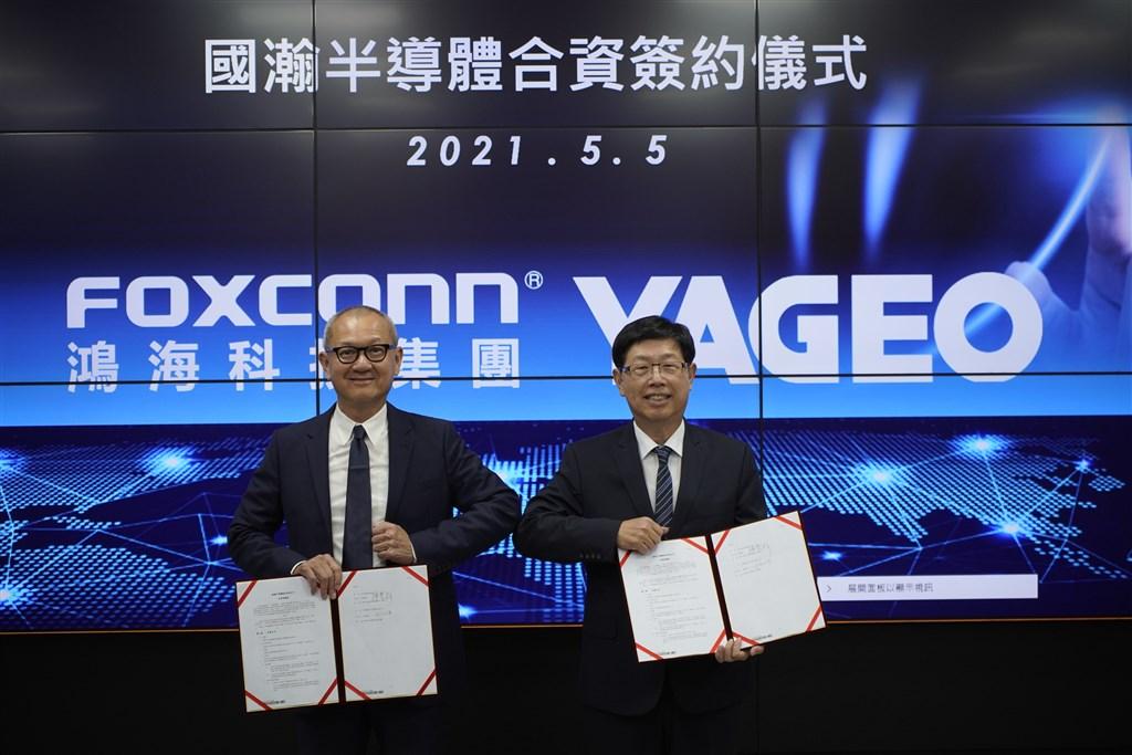 Hon Hai Chairman Liu Young-way (right) and Yageo Chairman Pierre Chen. Photo courtesy of Hon Hai and Yageo
