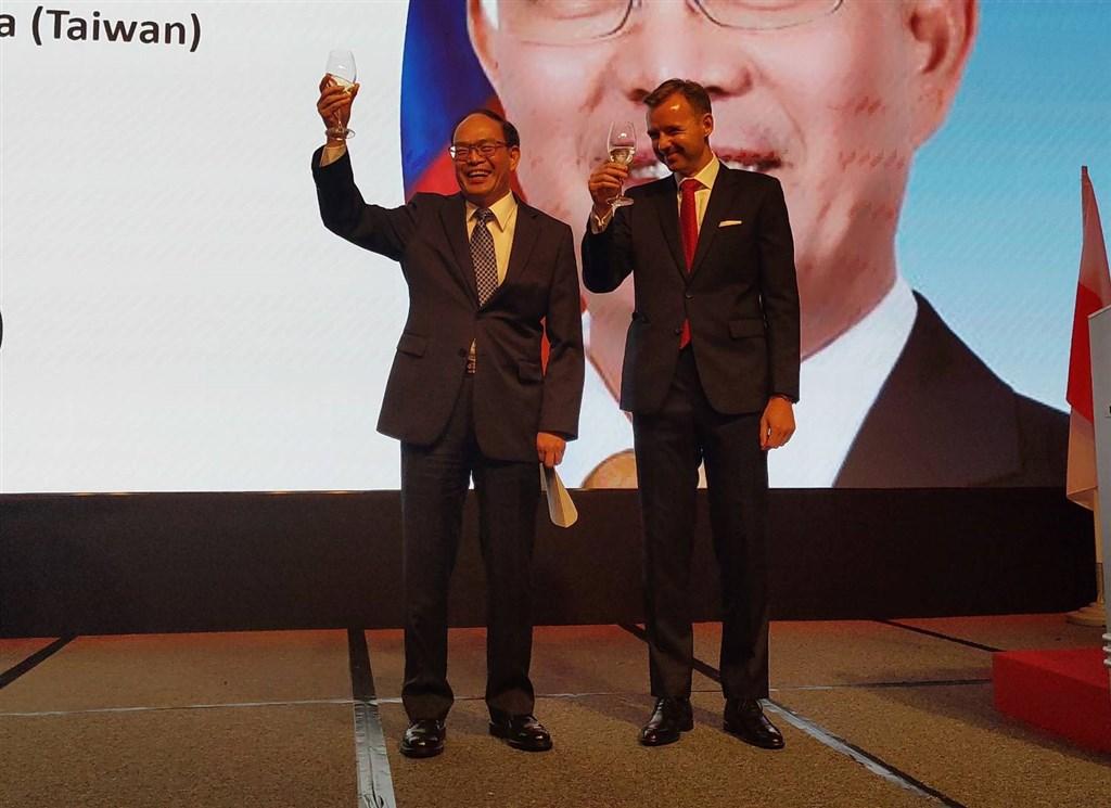 Acting chief of the Polish Office in Taipei Bartosz Ryś (right) and Taiwan