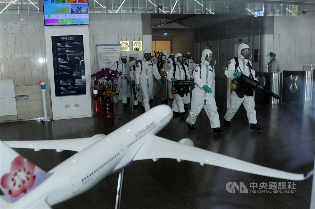 Soldiers are deployed to disinfect China Airlines headquarters in Taoyuan. CNA photo May 2, 2021