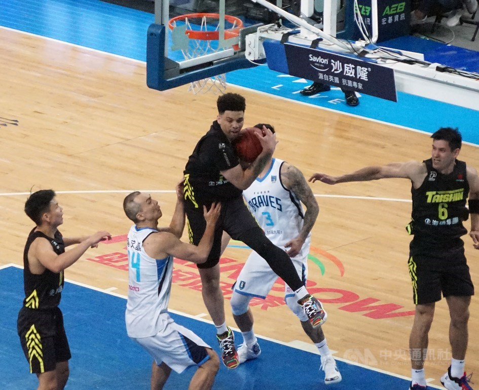 Dreamers forward Stephan Hicks (center) pulls a rebound away from the Braves. CNA photo May 7, 2021