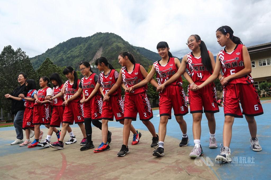 The Ping-Deng Elementary School girls