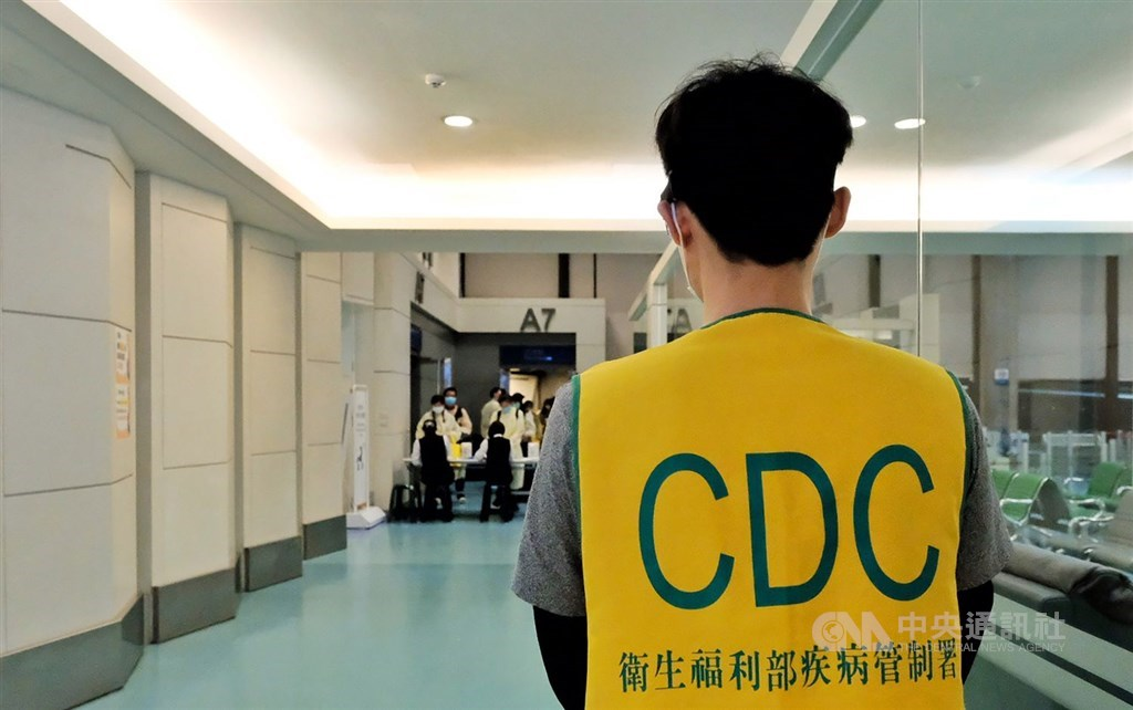 A health worker stands by at a gate at Taiwan Taoyuan International Airport. CNA file photo