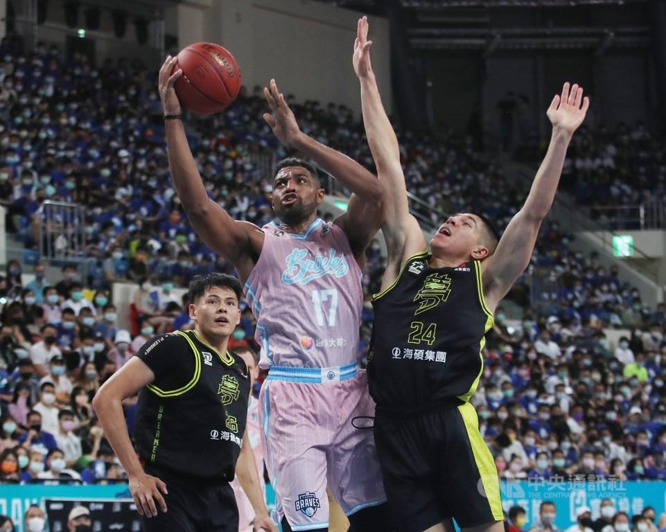 Taipei Fubon Braves forward Michael Singletary (center) goes hard in the paint. CNA photo May 9, 2021