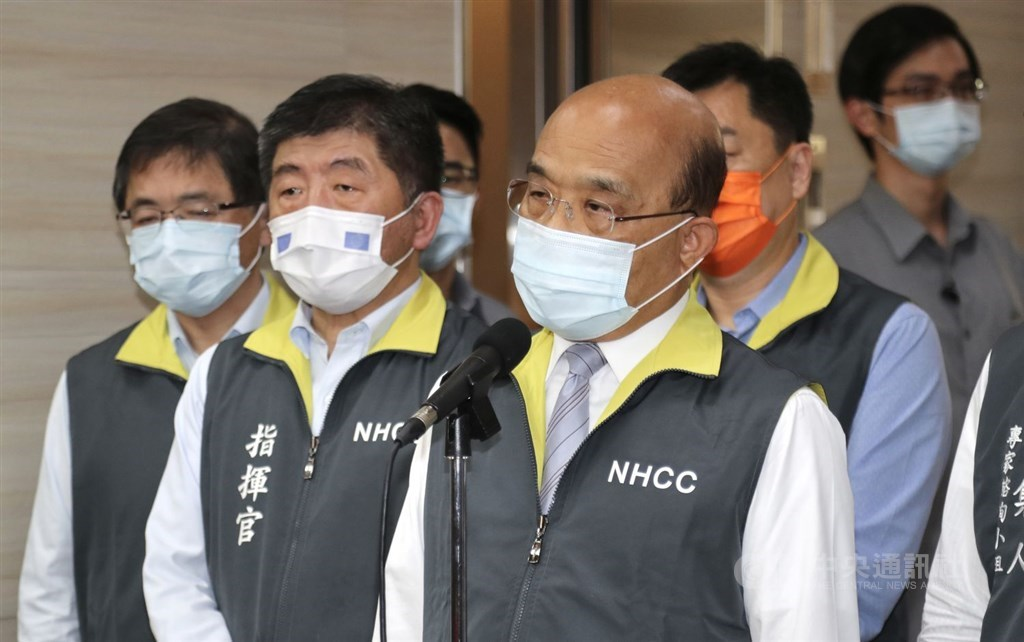 Premier Su Tseng-chang (front), accompanied by Health Minister Chen Shih-chung, urges public vigilance during a visit to the Central Epidemic Command Center. CNA photo May 11, 2021