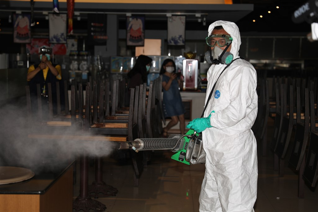 A seafood restaurant recently visited by COVID-19 patients is disinfected on Wednesday. Photo courtesy of Yilan City Office