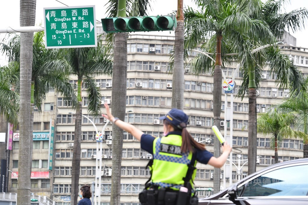 A police officer directs traffic in Taipei after some traffic signals in the city went out due to the power outage. CNA photo May 13, 2021