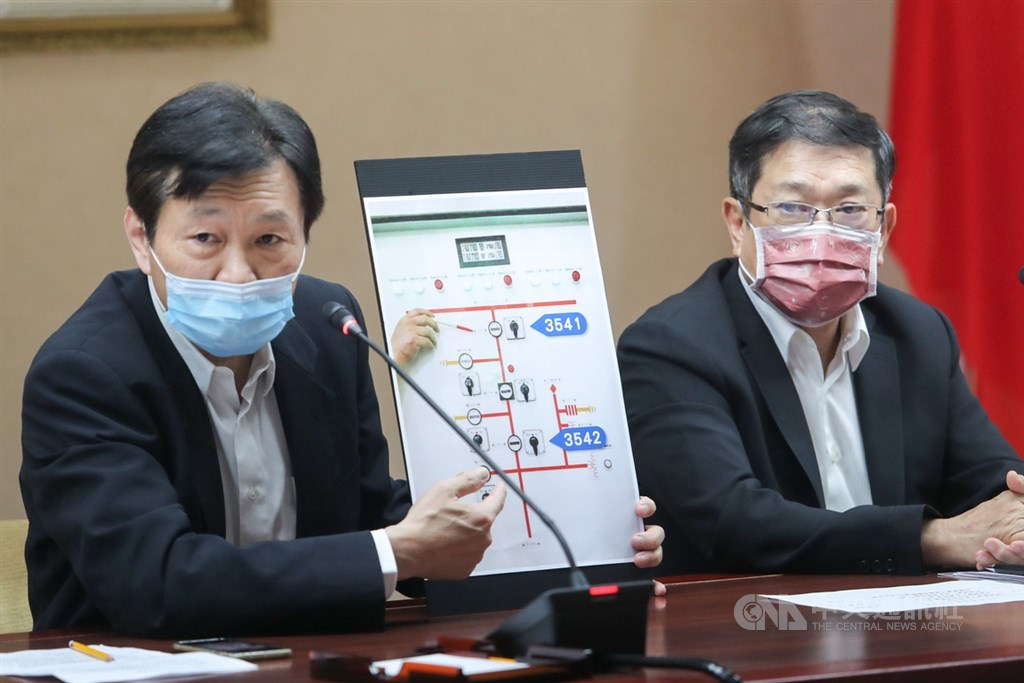 Taipower spokesman Chang Ting-shu (張廷抒, left) explains how Thursday
