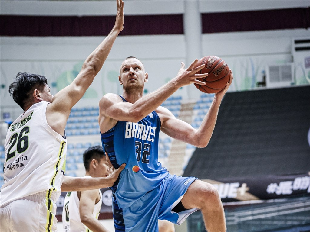 Braves center Ihor Zaytsev shoots a lay-up against Dreamers center Lee Te-wei (李德威, center) in Game 4 of the P. LEAGUE+ finals. Photo courtesy of Taipei Fubon Braves