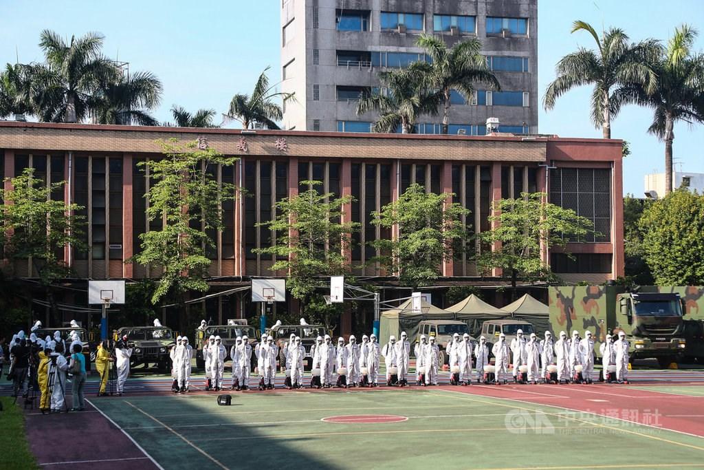 Chemical warfare troups in Taipei Municipal LongShan Elementary School. CNA photo May 16, 2021