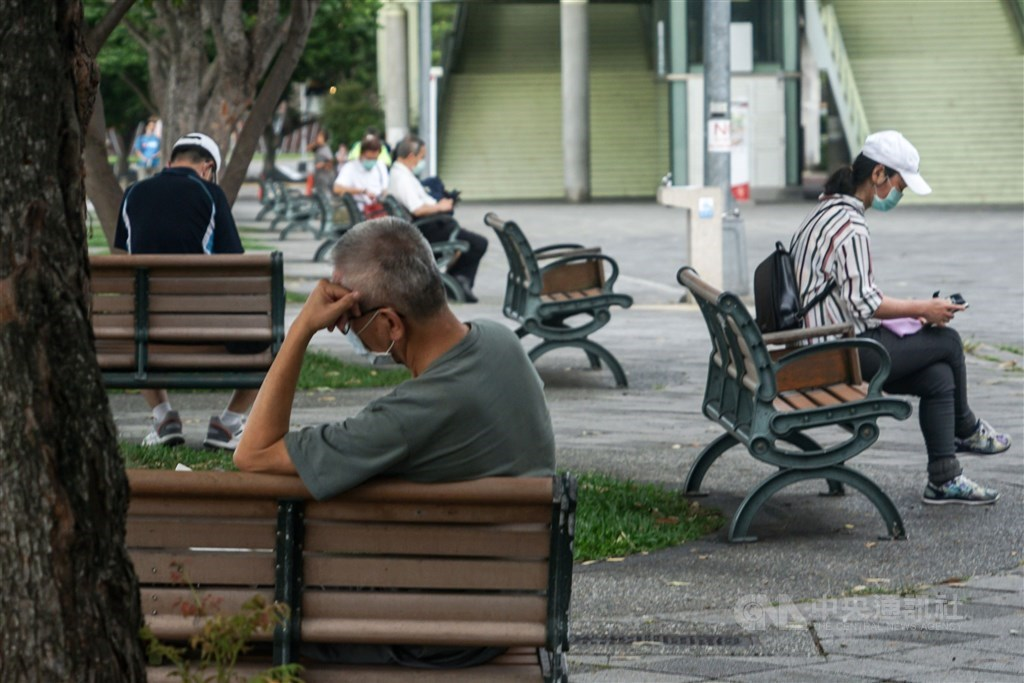 Residents in Taipei enjoy their Sunday afternoon in a local park. CNA photo May 16, 2021