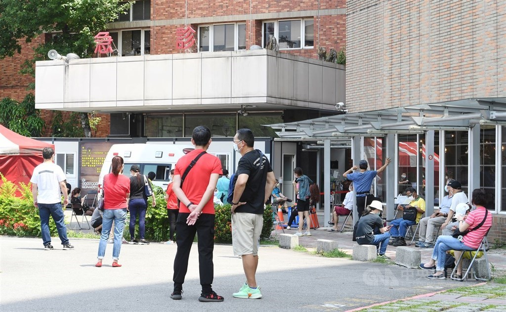 People wait outside a Taipei City Hospital branch near Wanhua District for a COVID-19 test. CNA photo May 15, 2021