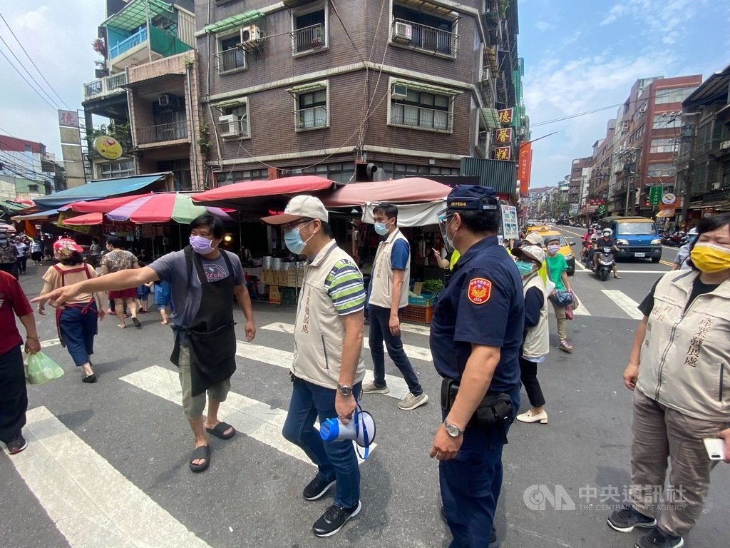 Police patrol a traditional market in Keelung to ensure residents are wearing masks. Photo courtesy of the Keelung City Police Bureau