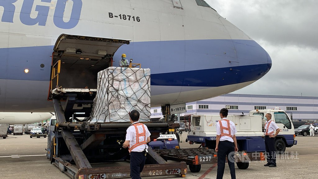 The Moderna vaccine is offloaded from a China Airlines cargo plane at Taiwan Taoyuan International Airport. CNA photo May 28, 2021