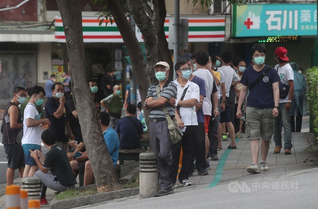 People line up in front of a Taipei hospital on Sunday to receive a COVID-19 vaccine shot. CNA photo May 30, 2021