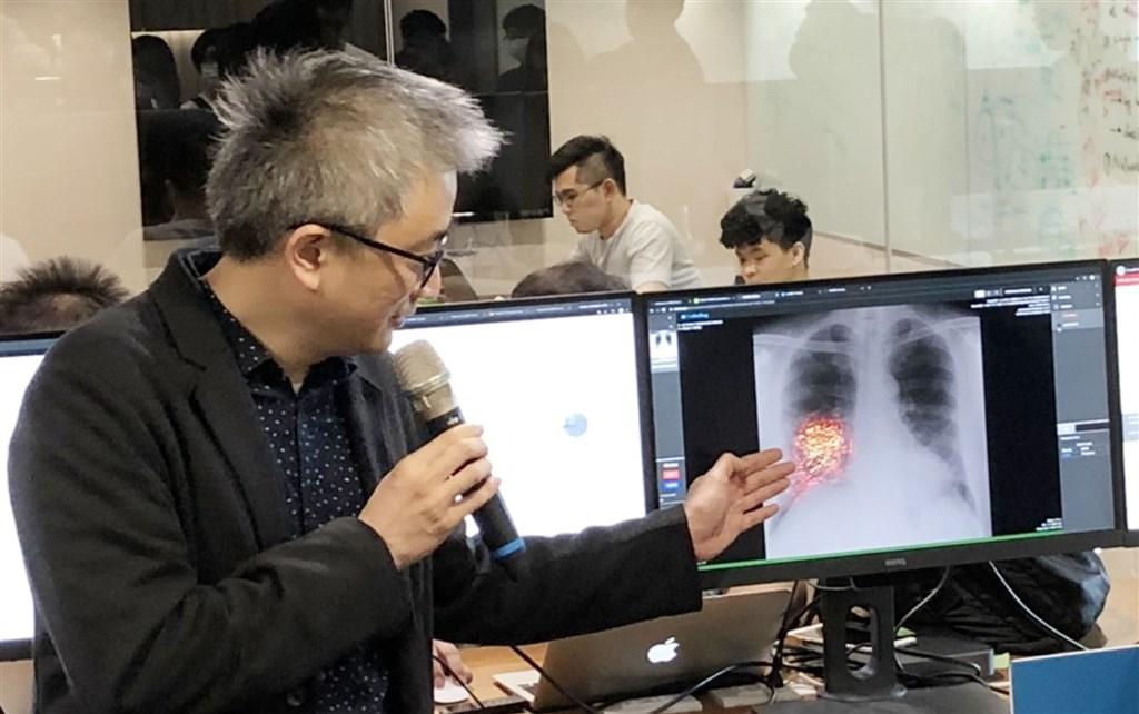 Tu Yi-chin (left), founder of Taiwan AI Labs. CNA file photo