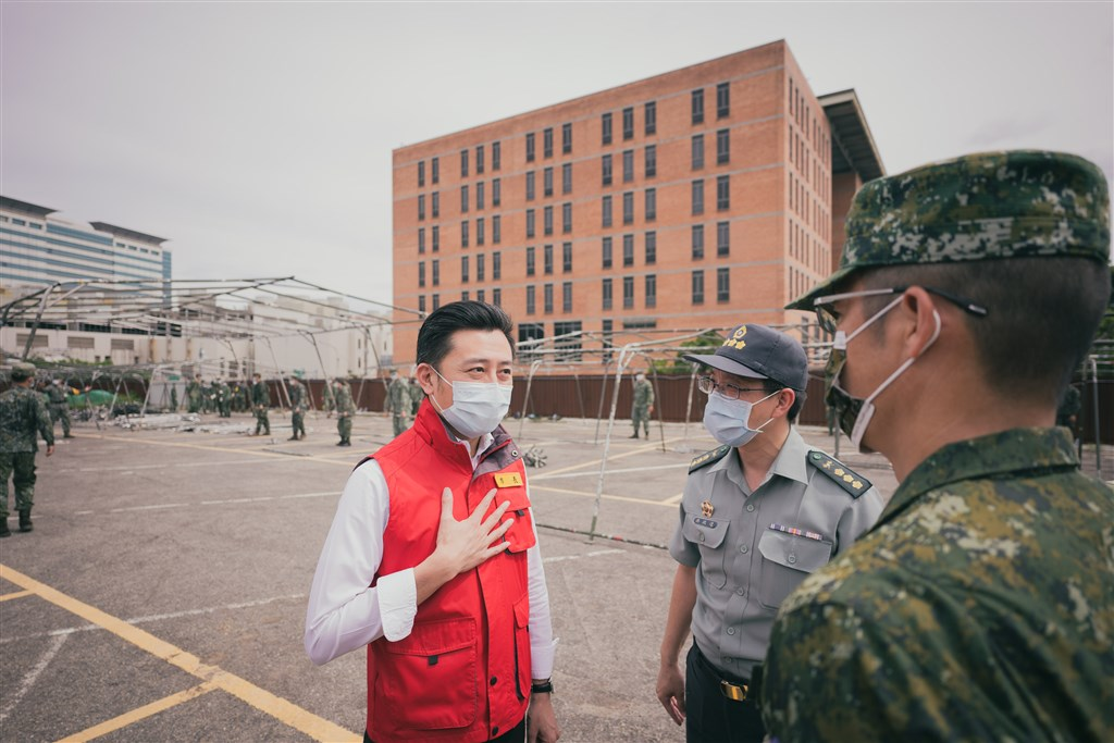 Hsinchu Mayor Lin Chih-chien (left) inspects on Friday the site to be used for a temporary testing site for migrant workers. Photo courtesy of Hsinchu City government