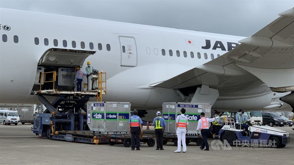 Vaccines donated by Japan are offloaded from a Japan Airlines plane at Taiwan Taoyuan International Airport. CNA photo June 4, 2021