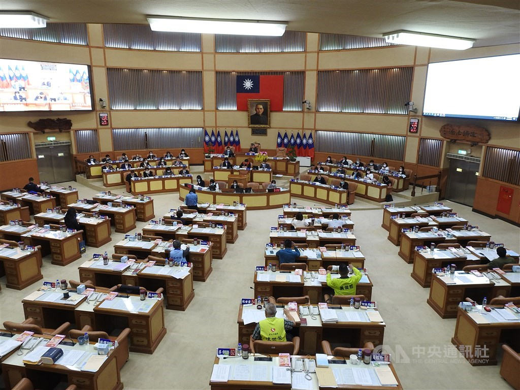 The New Taipei City Council passes the ban on sales of e-cigarettes in the city during Thursday